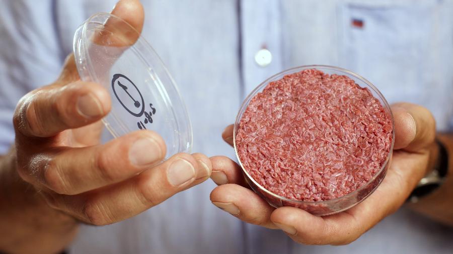 Pesquisador Mark Post exibe hambúrguer de laboratório resultante de sua pesquisa em um evento em 2013, em Londres - David Parry/Reuters