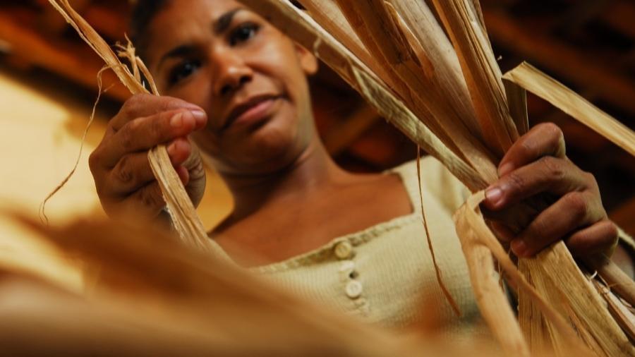 Artesã produz tapetes na fábrica da Trapos & Fiapos, na zona rural de Teresina, Piauí - Divulgação