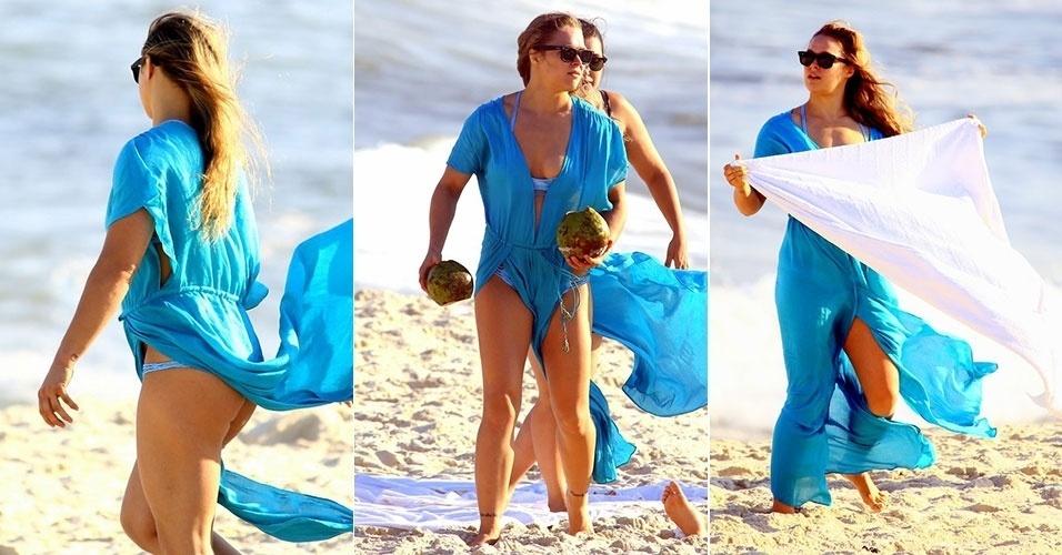 8.ago.2015 - A lutadora norte-americana Ronda Rousey curte a praia da Barra da Tijuca