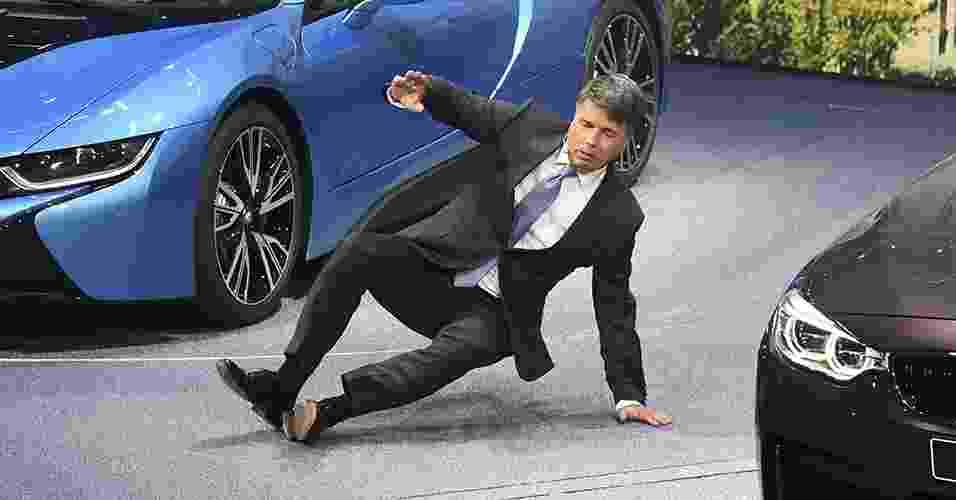 Presidente da BMW, Harald Krueger, cai durante apresentação no Salão de Frankfurt 2015 - Uli Deck/EFE
