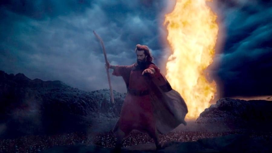 """Moisés (Guilherme Winter) abre o mar vermelho em cena de """"Os Dez Mandamentos"""" - Divulgação/Record"""