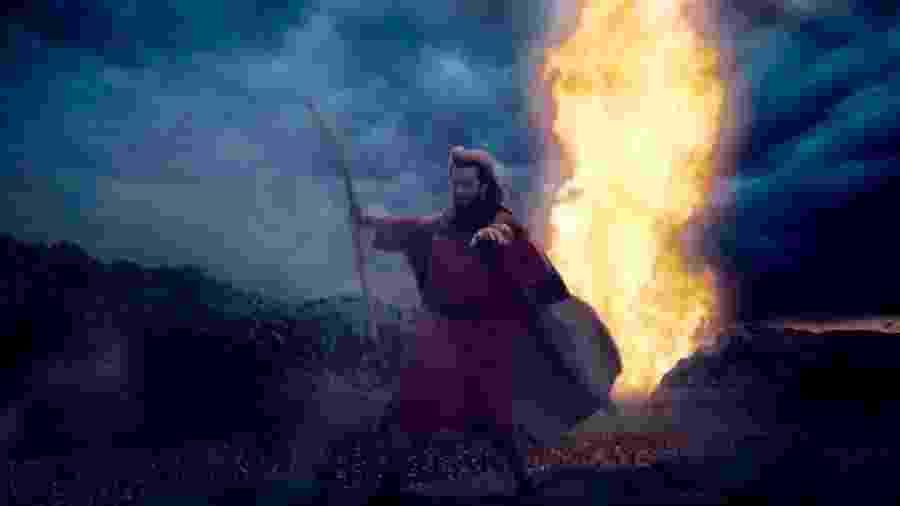 """Moisés (Guilherme Winter) abre o mar vermelho em cena de """"Dez Mandamentos"""" - Divulgação/Record"""