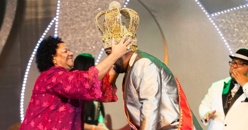 18.dez.2015 - Ricardo Cardoso de Lima, recebe a coroa de Rei Momo do Carnaval de São Paulo