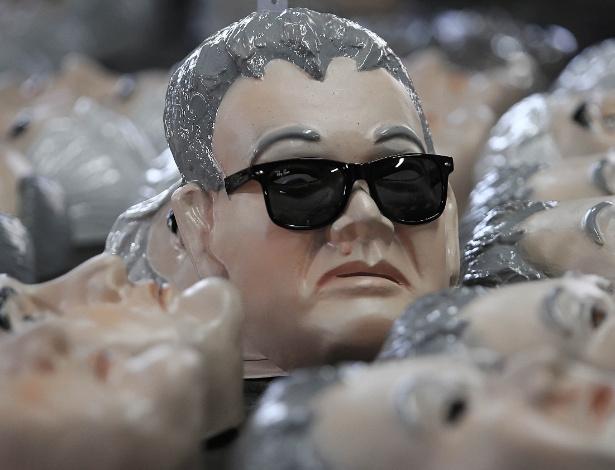 Máscara do 'Japonês da Federal' é um dos destaques na fábrica de produtos de Carnaval