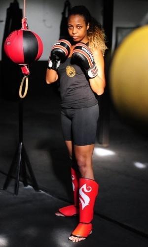 02.fev.2016 - Paula Penteado, porta-bandeira da Vai-Vai, se mantêm em forma treinando Muay Thai, luta marcial originária da Tailândia. Durante os desfiles, o casal têm atenção especial, tendo de seguir estritas coreografias, empunhando uma pesada bandeira e vestindo uma fantasia que limita os movimentos.