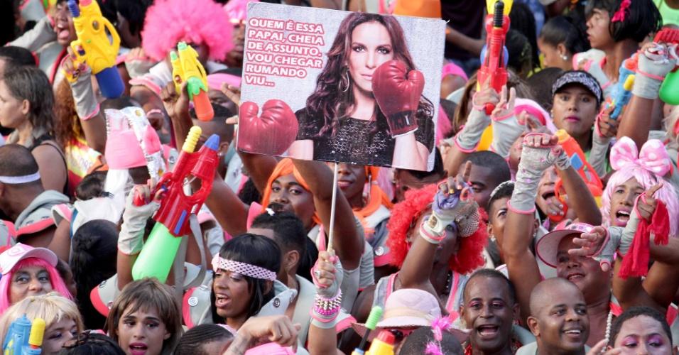 8.fev.2016 - Ivete Sangalo é lembrada na folia do bloco As Muquiranas, onde homens capricham na fantasia e na maquiagem para pular o Carnaval
