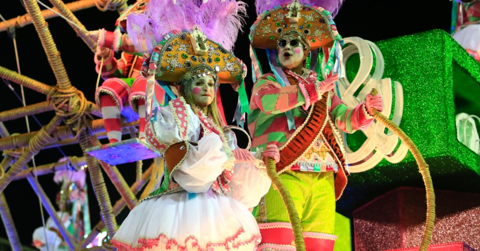 9.fev.2016 - Destaques do carro A Magia do Circo, que levou a grande homenageada da Mangueira, Maria Bethânia, à Sapucaí