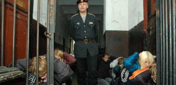 Na prisão de Karosta, os visitantes são maltratados pelos guardas - Divulgação/Karosta Cietums