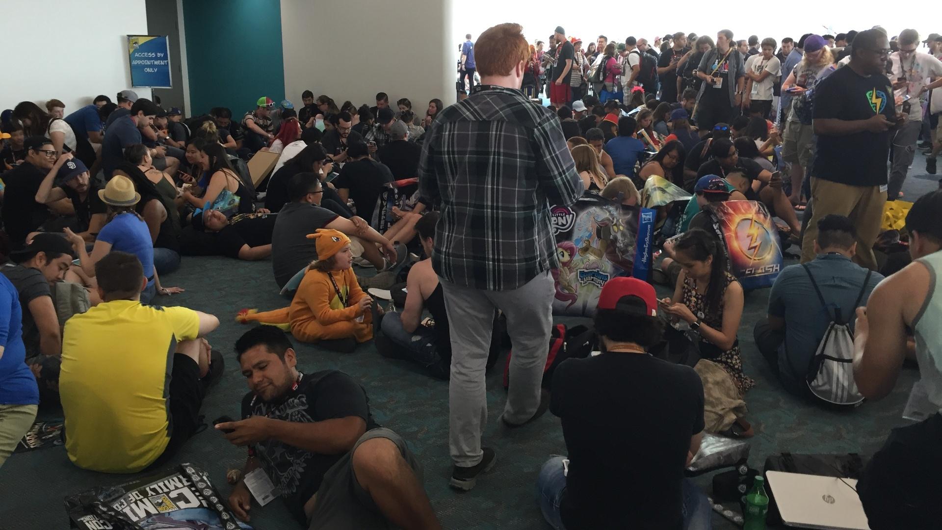 Multidão acumulada acima do Hall H, o principal da San Diego Comic-Con, tentando capturar Pokémons através do celular