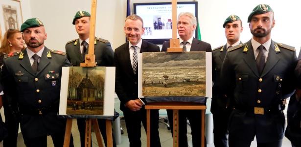 Oficiais italianos apresentam duas obras de Vincent Van Gogh recuperadas - Ciro de Luca/Reuters