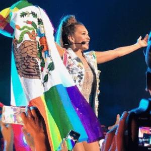 Thalía é hostilizada após erguer bandeiras do México e da comunidade LGBT - Reprodução/Instagram/thalia