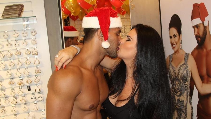 Solange Gomes beija o modelo Allan Madeira em evento no Rio de Janeiro - Rogerio Fidalgo/Ag.News