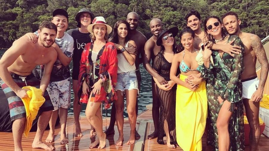 Angélica publica foto no Réveillon com o marido, Luciano Huck, e casais como Neymar e Bruna Marquezine - Reprodução/Instagram/angelicaksy