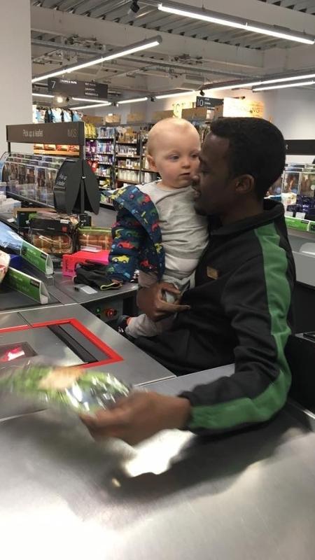 Mubarak Anka e o bebê de Lauren - Reprodução/Facebook