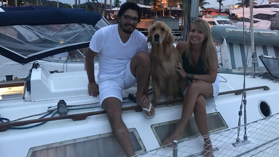 Beto Toledo e Thaís Cañadó com seu cachorro, Google, no veleiro batizado como Shogun - Arquivo pessoal