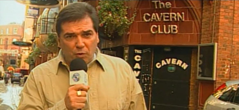 Jerry Adriani em frente ao The Cavern Club, em Liverpool, bar famoso por receber os Beatles no início da carreira - Reprodução