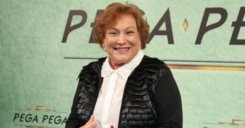 "Nicette Bruno chega sorridente ao lançamento de ""Pega Pega"", novela das sete da Globo"