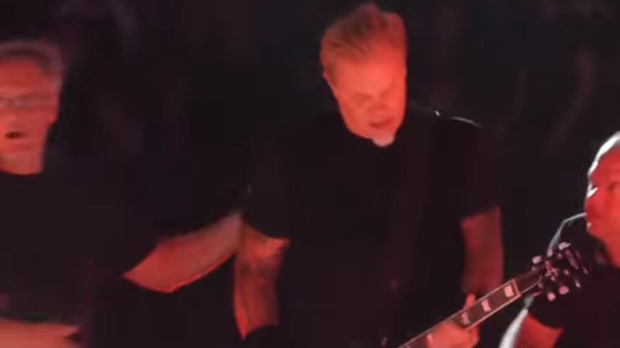 Produção ajuda James Hetfield a se levantar após ele cair durante show do Metallica - Reprodução/YouTube