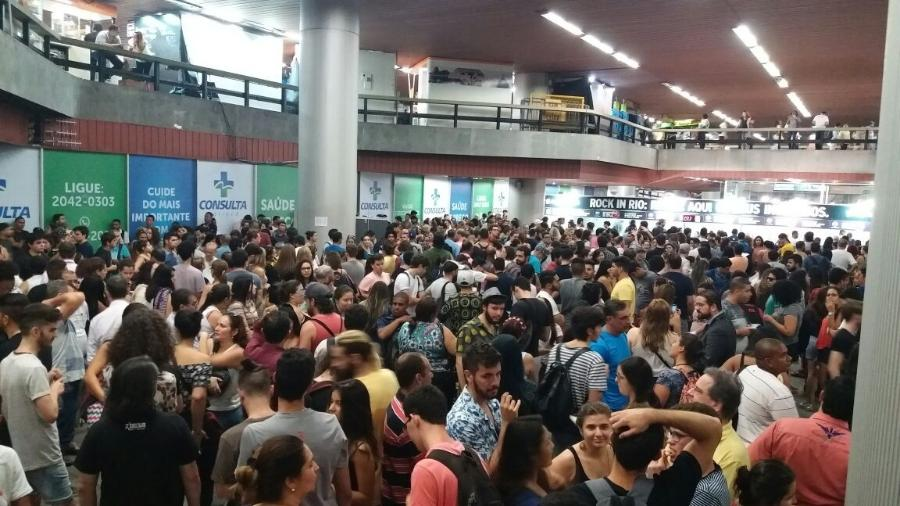 13.set.2017 - Fila para retirada de ingressos do Rock in Rio na estação de metrô Carioca, no Rio - Ana Cora Lima/UOL