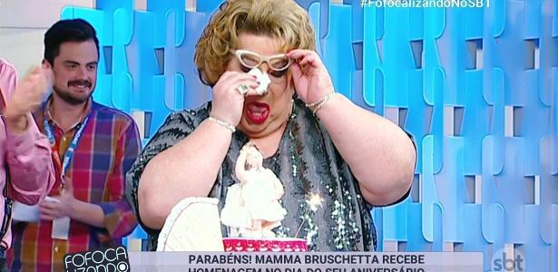 """Mamma Bruschetta chora com festa de aniversário surpresa no """"Fofocalizando"""""""