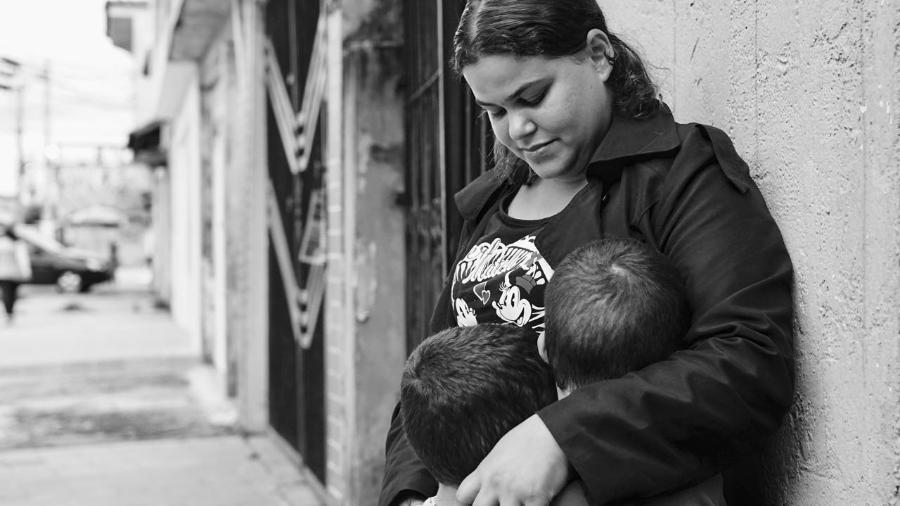 Rebeca e os dois filhos; pedido dela para fazer um aborto seguro foi negado - Débora Diniz