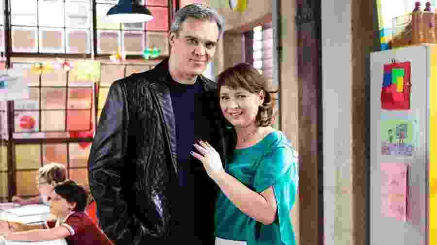 """Em """"As Aventuras de Poliana"""", no SBT, a diretora Ruth (Myrian Rios) recebe a visita de Sr. Pendleton (Dalton Vigh) - Eve Schwarz/SBT"""