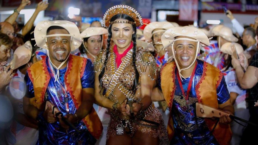 Fantasiada de Maria Bonita, Gracyanne Barbosa cai no samba na quadra da União da Ilha do Governador, no Rio - Leo Cordeiro/Divulgação