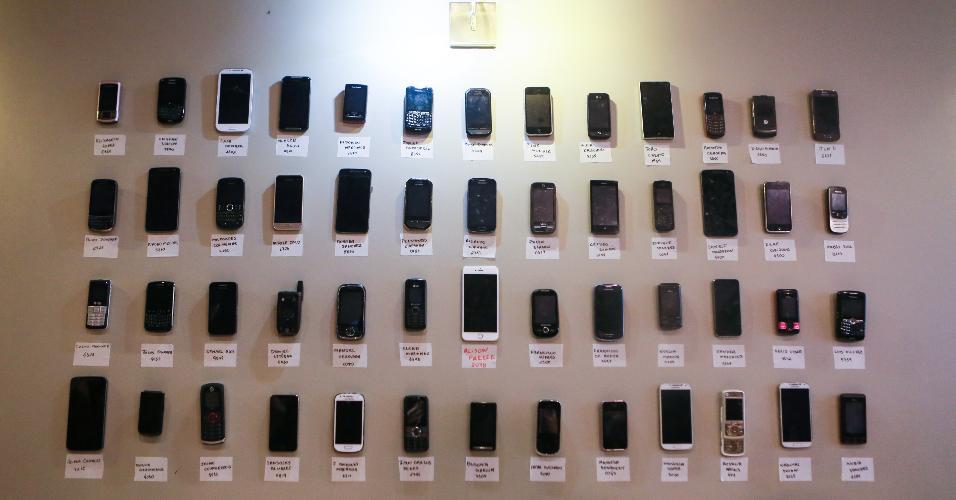 A parede com os celulares dos reféns também está lá, bem fiel à original