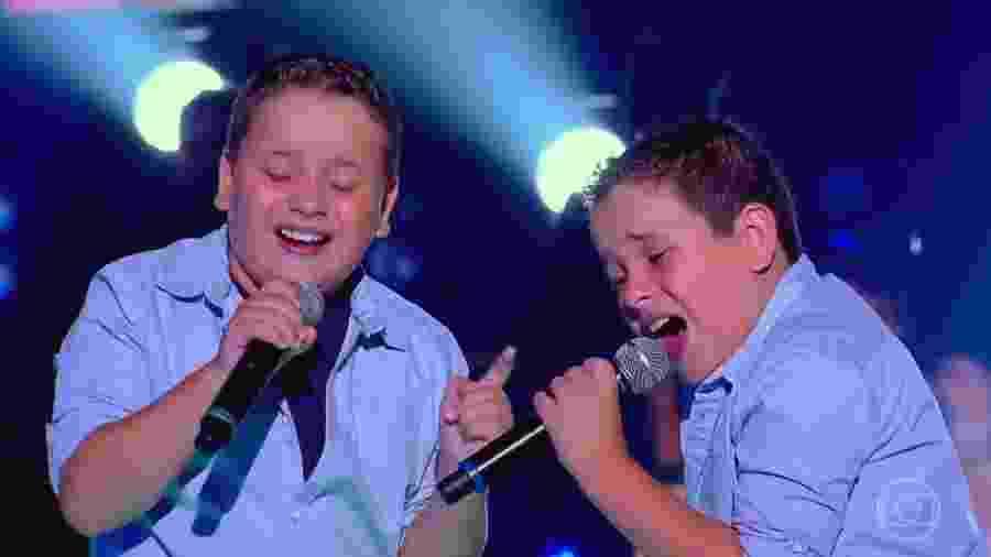 """Os gêmeos Lucas e Vinícius no programa """"The Voice Kids"""" - Reprodução"""