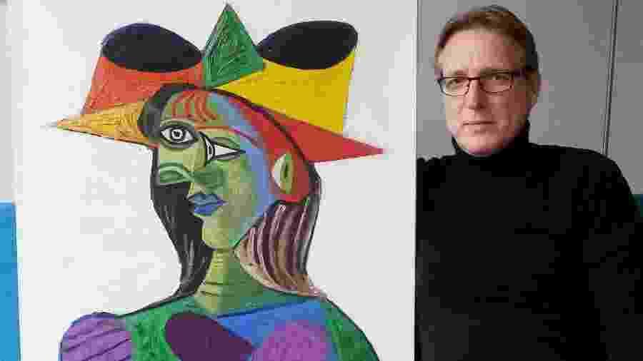 Arthur Brand posa com o Picasso encontrado  - AFP