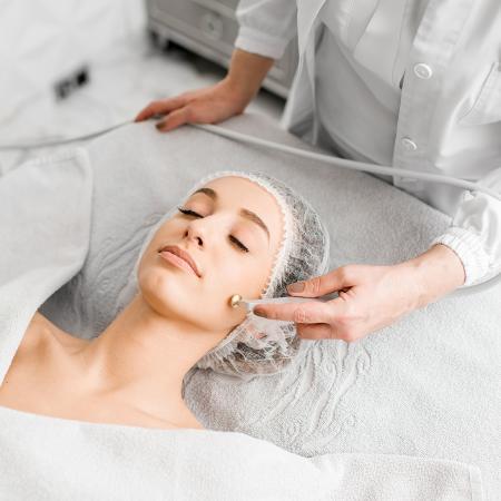 Laser e luz pulsada são alternativas para reduzir os vasinhos do rosto - iStock