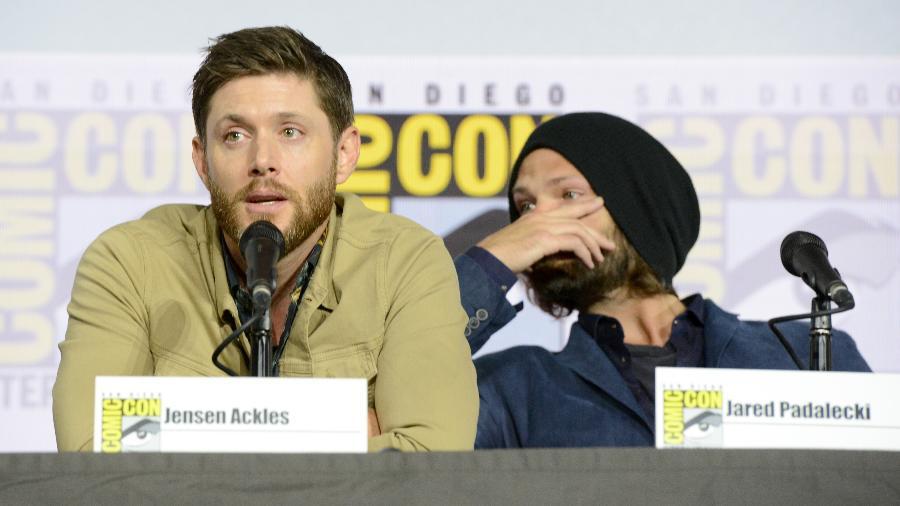 Jensen Ackles e Jared Padalecki se emocionam no painel de Supernatural na Comic-Con -  Albert L. Ortega/Getty Images