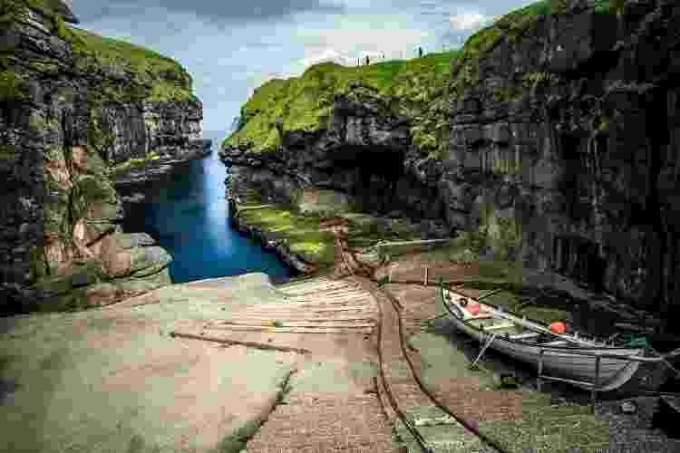 A relação com o mar e as tradições de caça remonta os tempos dos vikings. Na foto, o desfiladeiro de Gjógv - FedevPhoto/Getty Images/iStockphoto - FedevPhoto/Getty Images/iStockphoto