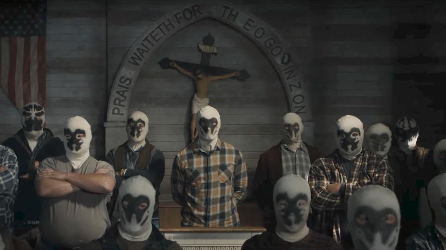 Cena de Watchmen, da HBO, que mostra grupo supremacista branco usando a máscara de Rorschach - Divulgação