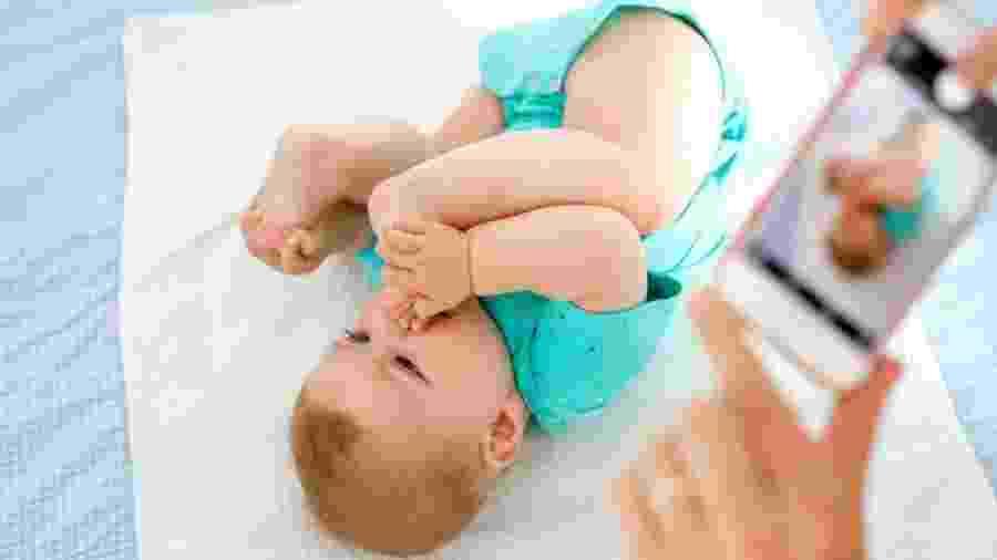 Segundo pesquisa britânica, antes de completar cinco anos crianças têm, em média, mil fotos delas próprias postadas na internet - Getty Images via BBC