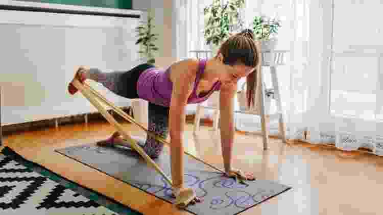 cuidados ao treinar em casa, prancha com elástico - iStock - iStock