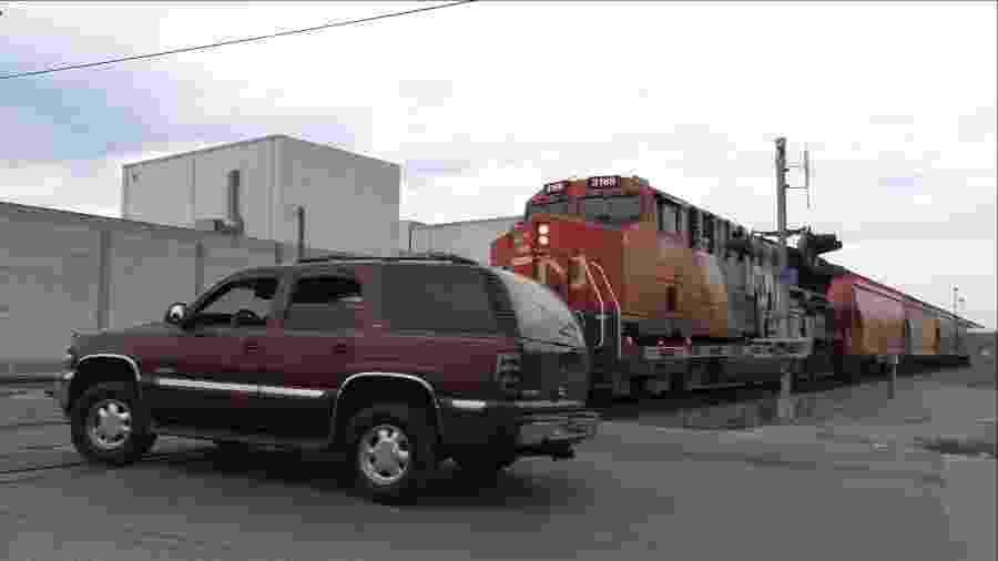 Chevrolet Tahoe é acertado por trem nos EUA - Reprodução
