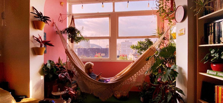 Plantas, redes e objetos com ter afetivo ajudam a criar um cantinho de relaxamento com personalidade - Carla Lemos