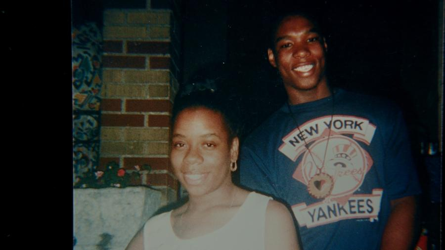 """Yusuf Hawkins e sua mãe, Diane Hawkins, no documentário """"Tempestade sobre o Brooklyn"""" - HBO / Divulgação"""