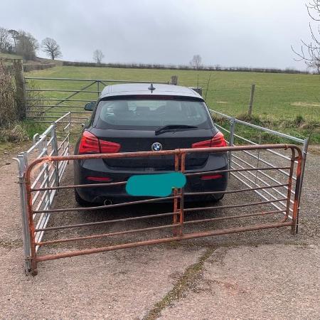 Cerca construída em volta do carro para impedir entrada do motorista - Reprodução/Twitter/@emilyvdurrant