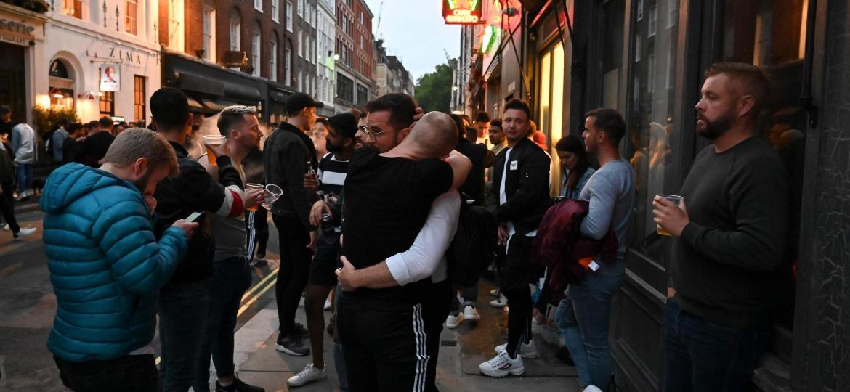 A permissão para abraçar ganhou as mídias sociais no país nos últimos dias dias e estampou a primeira página dos jornais locais - Getty Images