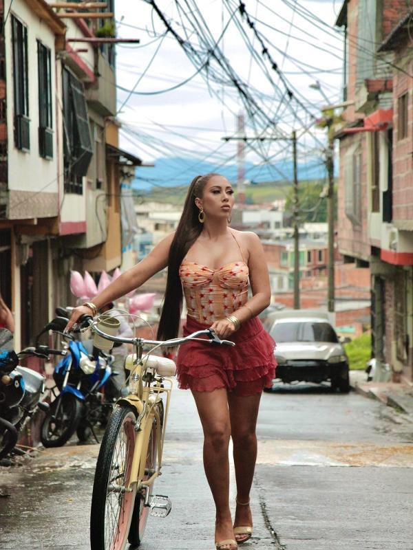 "Kali Uchis emplacou o hit ""Telepatía"" ao redor do mundo"