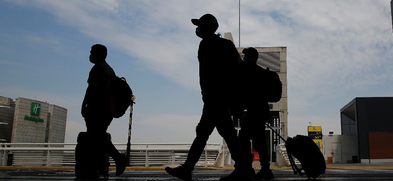 Passageiros no aeroporto de Santiago, no Chile - Getty Images