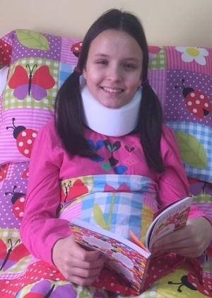 Larissa Manoela se recupera em casa após queda de cavalo em gravação de novela