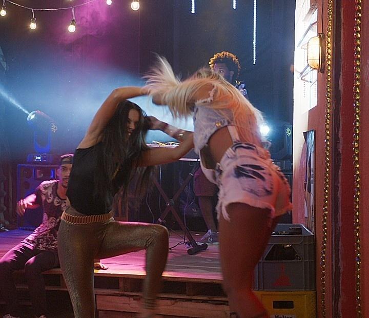 Alisson (Letícia Lima) e Ninfa (Roberta Rodrigues) brigam em