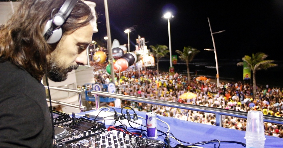 6.jul.2016 - Depois de tanto axé, música eletrônica: DJ Bob Sinclair invade folia baiana encerrando o circuito Barra-Ondina