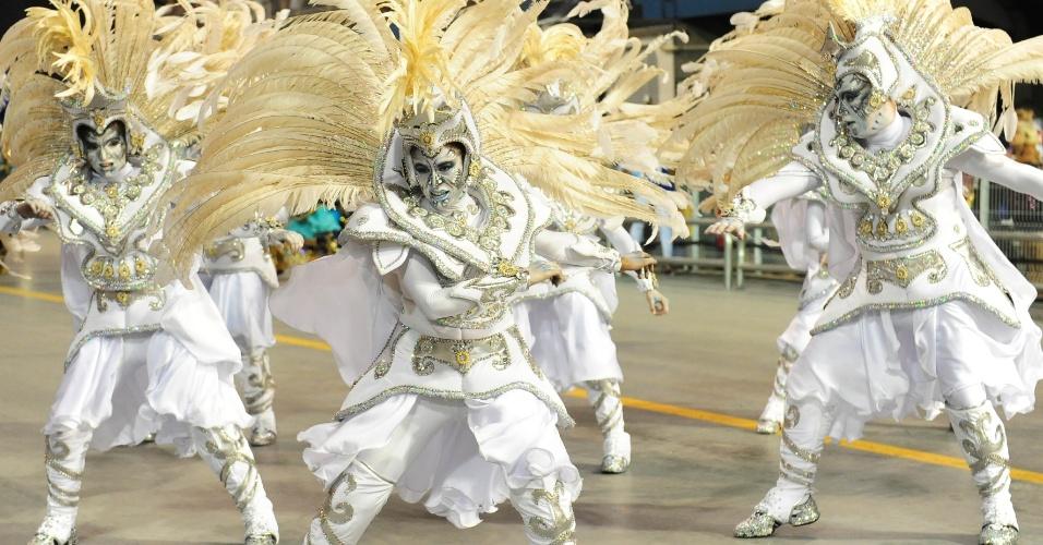 7.fev.2016 - A comissão de frente do Império de Casa Verde mostra o embate entre seres de luz e seres sombrios. A escola foi a segunda a entrar no Anhembi na madrugada deste domingo