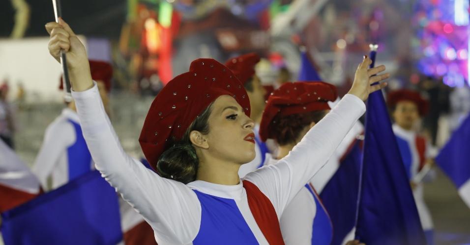 7.fev.2016 - Na dispersão, integrantes da Vai-Vai aguardam início do desfile no Carnaval 2016 de São Paulo, no Anhembi