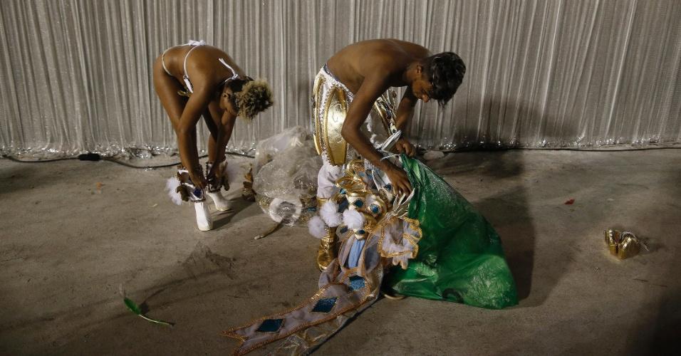 7.fev.2016 - Integrantes tiram as fantasias após desfilarem na 1ª noite do Grupo Especial na Sapucaí