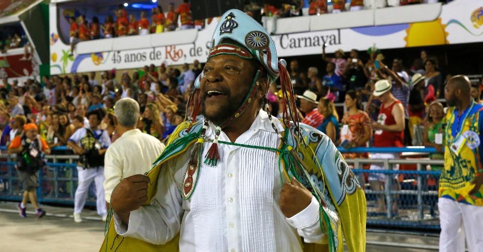 8.fev.2016 -  Martinho da Vila desfila pela Vila Isabel vestido de cangaceiro